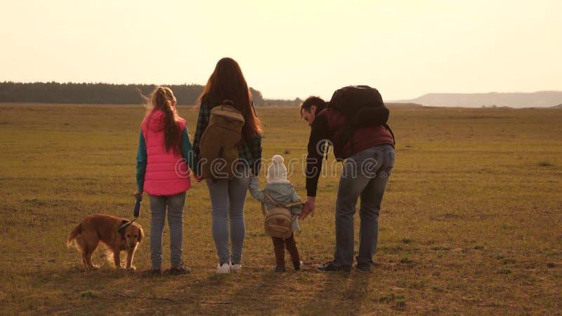 Tata, mama, c?rki i zwierz?ta domowe, tury?ci praca zespo?owa z?yta rodzina rodzina podr??uje z psem przez zdjęcia stock