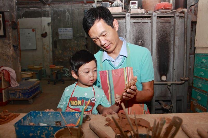 Tata pracuje na garncarstwie z synem, Taibei, Tajwan obraz stock