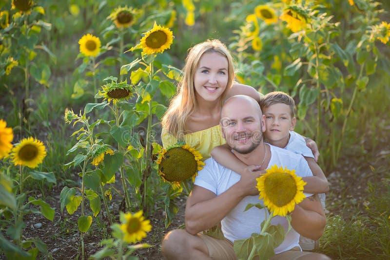 Tata z syna przytuleniem w polu słoneczniki Syna uścisk jego ojciec w polu słoneczniki obrazy stock