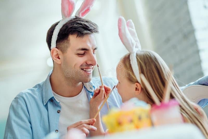 Tata z tobą zabawy narządzanie dla wielkanocy Tata i jego mała córka wpólnie zabawę podczas gdy przygotowywający dla Wielkanocnyc obraz stock