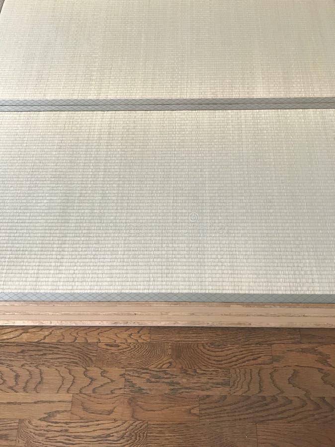 Tatami japonês & textura de madeira ocidental do assoalho imagens de stock royalty free