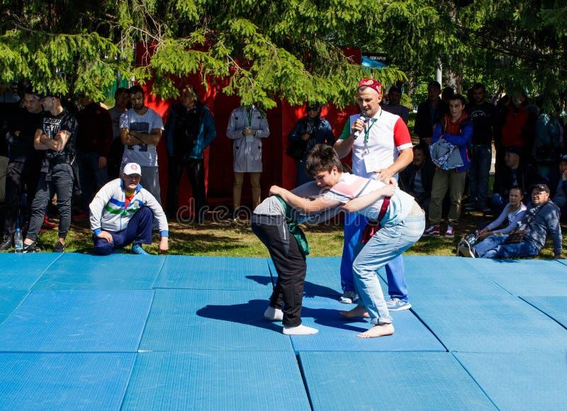 Tatar riem die, kuresh worstelen Traditionele nationale feestdag Sabantuy in het stadspark stock afbeelding