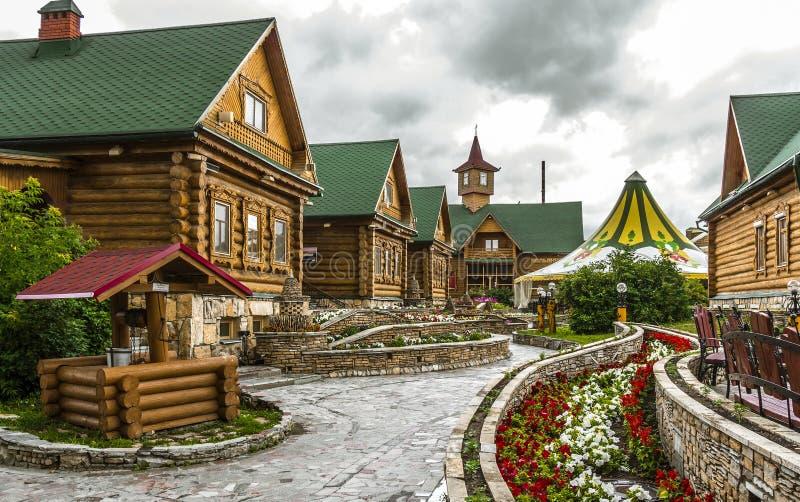 TATARSTAN, RUSSLAND - 12. JULI 2015: Tatarisches Dorf in der Stadt Kasan, Tatarstan, Russland lizenzfreies stockbild