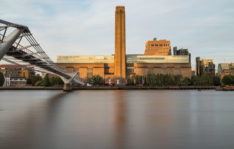 Tate Modern et pont de millénaire pendant le matin images stock