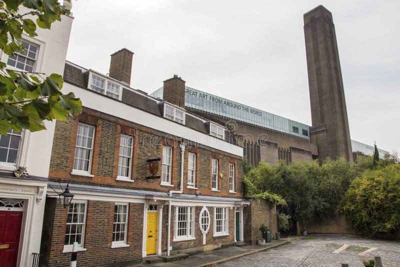 Tate Modern-Kunstmuseum errichtete ursprünglich 1947 als Kraftwerk, mit Reihe von Häuschen, Bankside lizenzfreie stockfotos