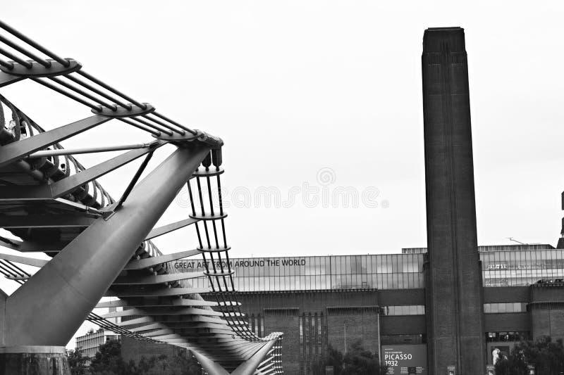 Tate moderno con il ponte di millennio fotografia stock libera da diritti
