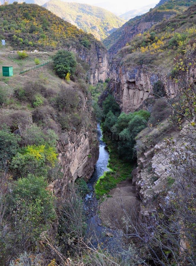 Tatev l'Armenia vista ottobre 2016 dal ponte di diabol alla gola di Vorotan ha creato dalle scogliere pure invase con gli alberi immagine stock