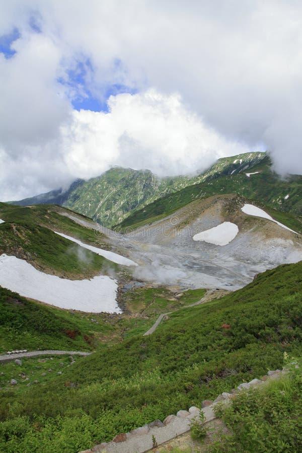 Tateyama bergskedja med insnöad sommar arkivfoton