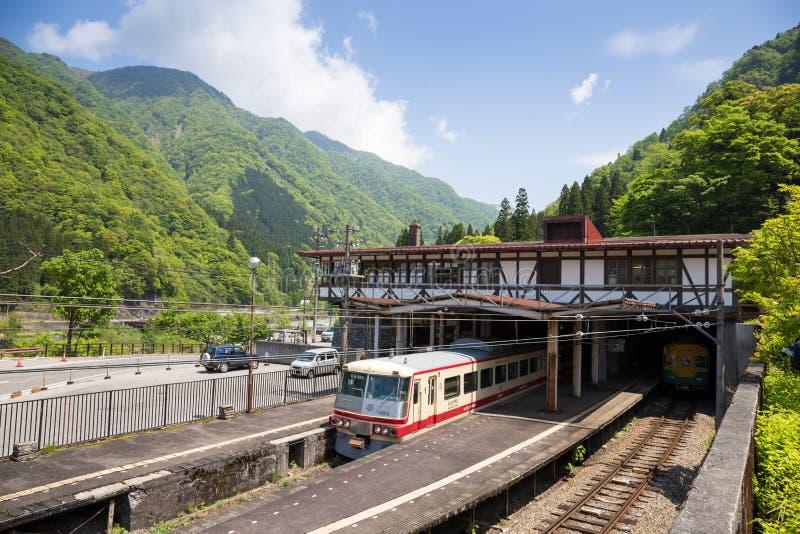 Tateyama - 10 de mayo: La estación de Tateyama en la ciudad de Toyama es tranvía o tranvía del intercambio Japón las montañas al  fotos de archivo