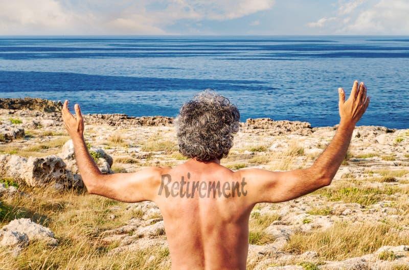 Tatoo de retraite sur l'homme soulevant des mains photo libre de droits