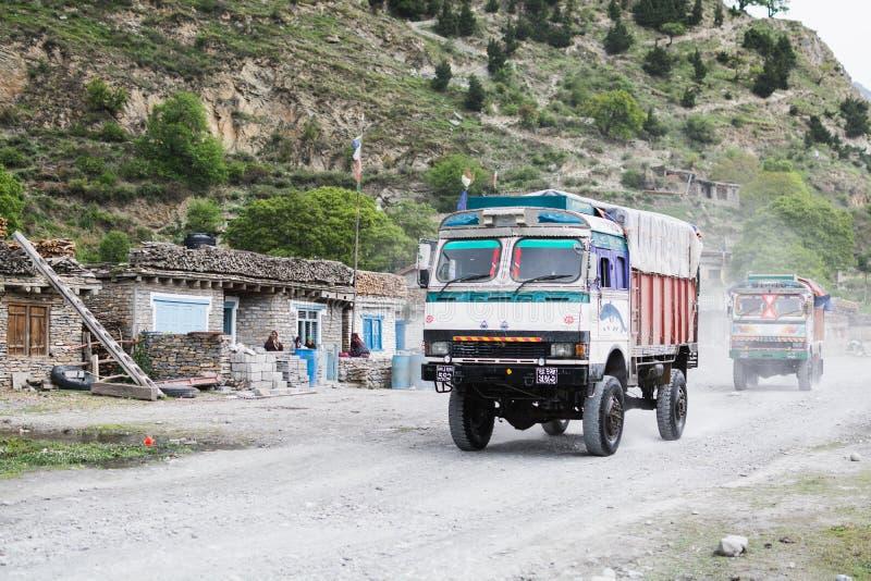 TATOPANI, ΝΕΠΑΛ - ΤΟ ΜΆΙΟ ΤΟΥ 2015: πλαϊνά φορτηγά που οδηγούν μέσω του ορεινού χωριού στοκ φωτογραφίες