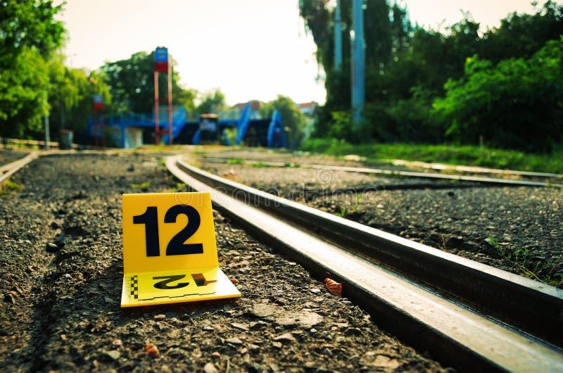 Tatort-Beweis-Markierung nahe zu den Schienen stockfotografie