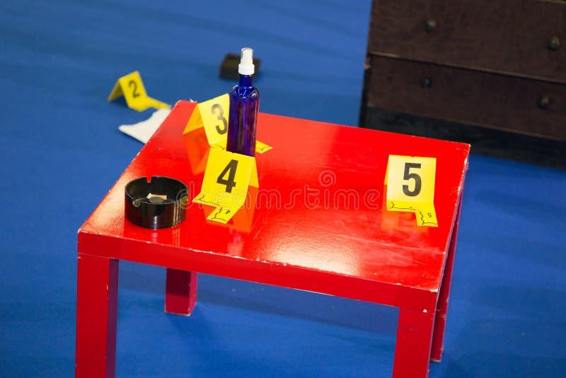 Tatort, wo Gerichtsmediziner Beweis sammelt stockbild