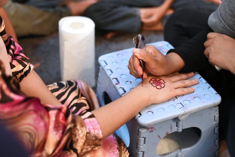 Tatouage de henné sur la main du ` s de jeune mariée dans sa nuit de noce images libres de droits