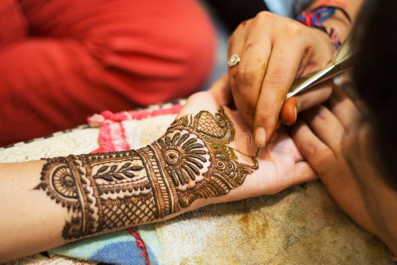Tatouage de Mehendi ou de henné sur des mains, culture indienne image stock