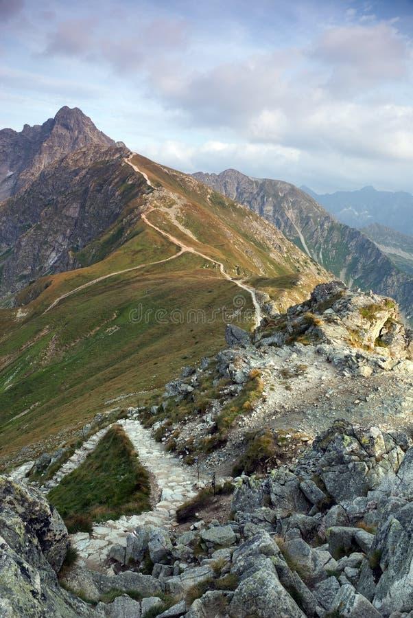 Tatra Berge mit einem Gehweg auf der Kante stockbilder