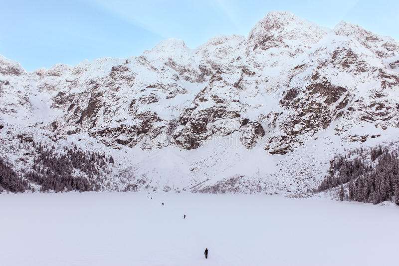 Tatra som fotvandrar över en djupfryst lake royaltyfria foton