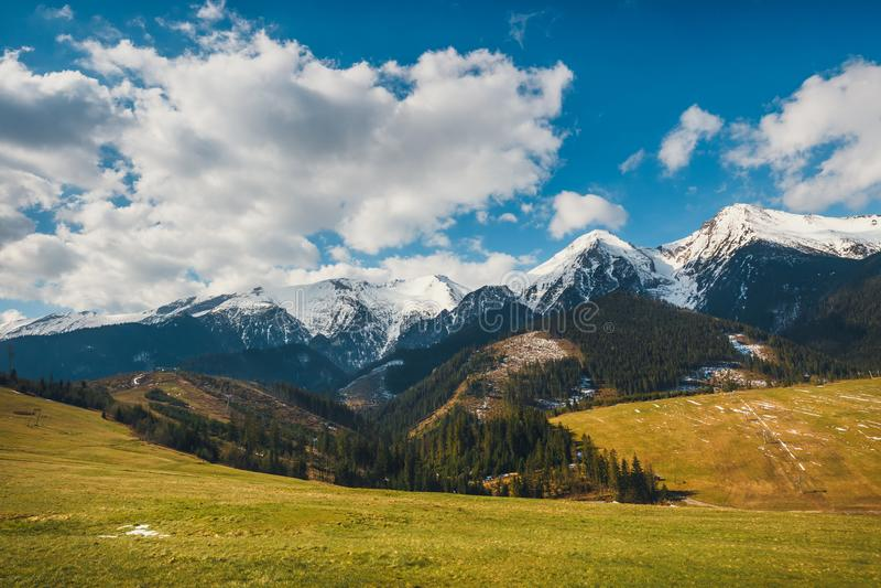 Download Tatrabergen In De Lentetijd, Slowakije Stock Afbeelding - Afbeelding bestaande uit skyline, laag: 107702339