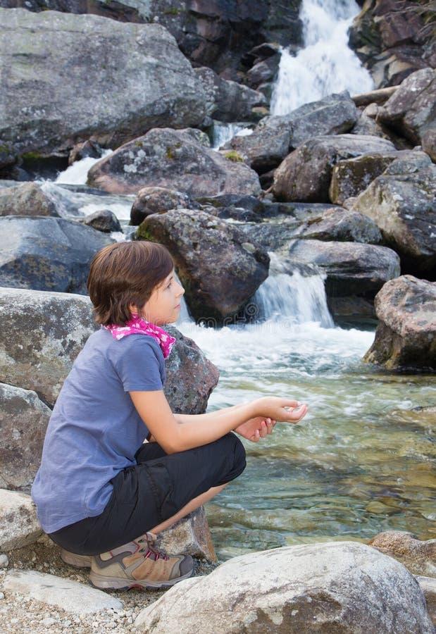 Tatras alto - cachoeiras e moça de Studenovodske foto de stock
