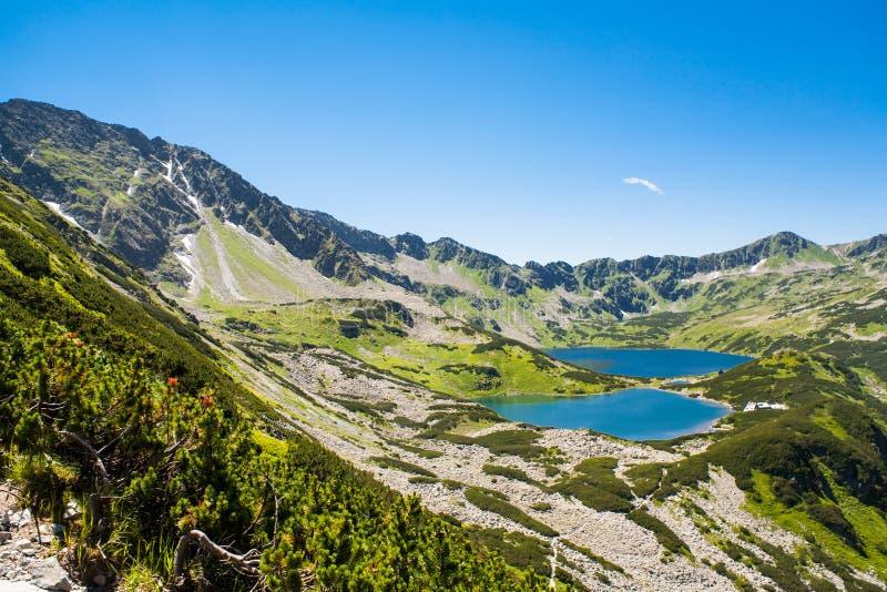 Tatras-Berge, Tal von fünf Teichen Ansicht über Berge und zwei Seen stockfoto