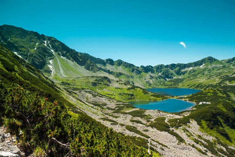 Tatras-Berge, Tal von fünf Teichen Ansicht über Berge und zwei Seen stockfotografie