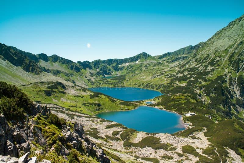 Tatras-Berge, Tal von fünf Teichen Ansicht über Berge und zwei Seen lizenzfreie stockfotografie