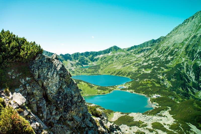 Tatras-Berge, Tal von fünf Teichen Ansicht über Berge und zwei Seen lizenzfreies stockfoto