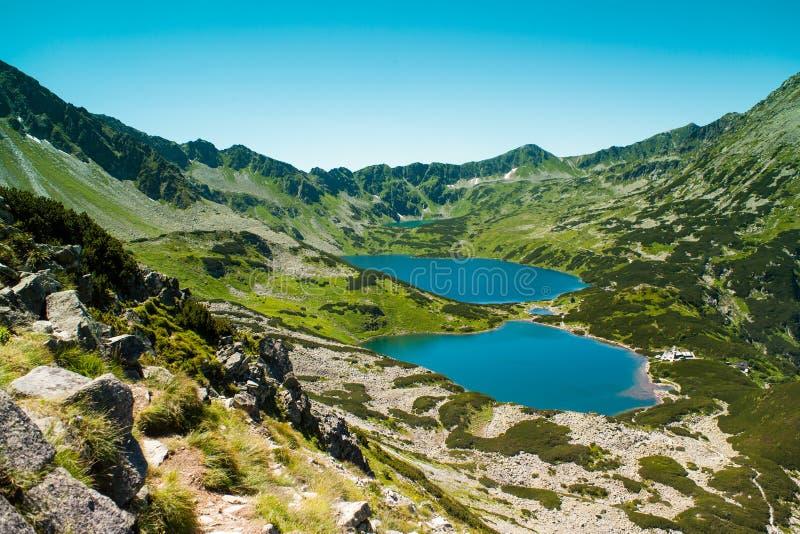Tatras-Berge, Tal von fünf Teichen Ansicht über Berge und zwei Seen lizenzfreies stockbild