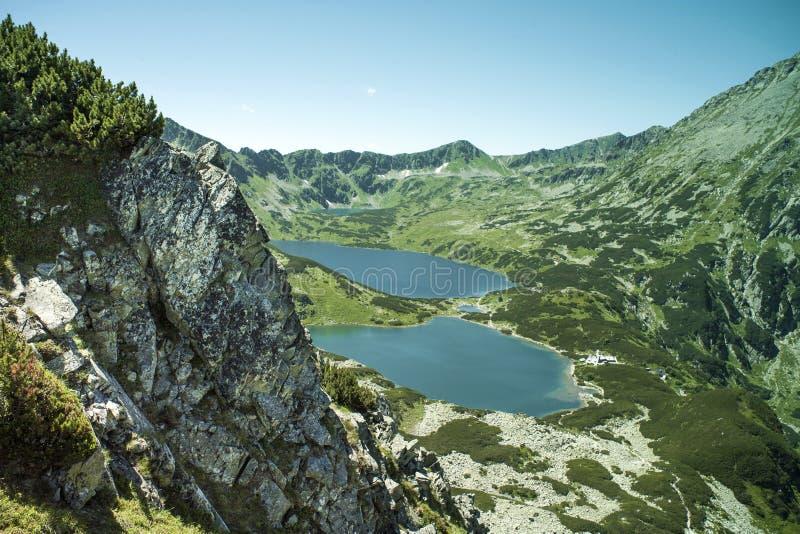 Tatras-Berge, Tal von fünf Teichen Ansicht über Berge und zwei Seen stockbilder