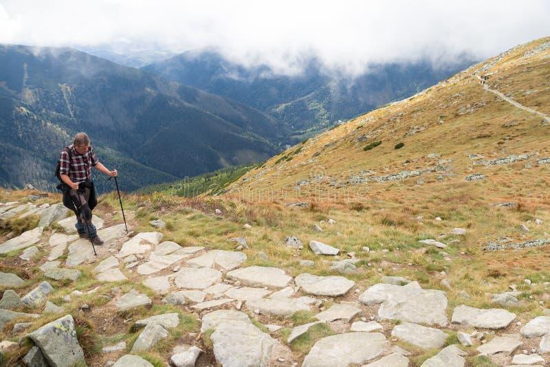 Tatras, SLOWAKIJE - JULI 2018: toeristenwandelaar het lopen bergrand op Juli 2018 binnen in Hoge Tatras, Slowakije stock afbeeldingen