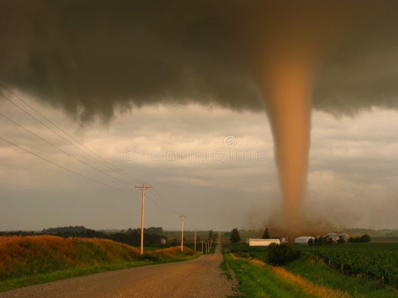 Tatsächliche Fotografie eines Tornados bei dem Sonnenuntergang, der schmal einen Bauernhof in ländlichem Iowa verfehlt stockbilder