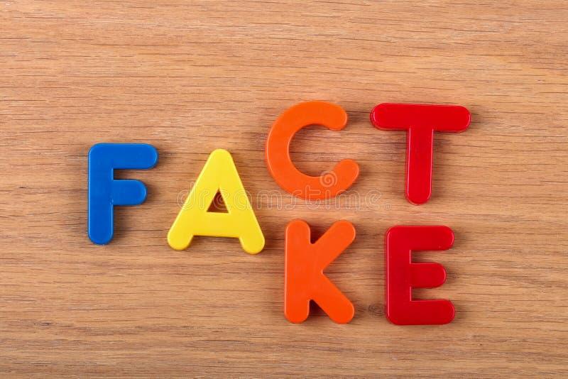 Tatsache oder Fälschung Wörter werden von den Plastikbuchstaben gemacht stockbilder