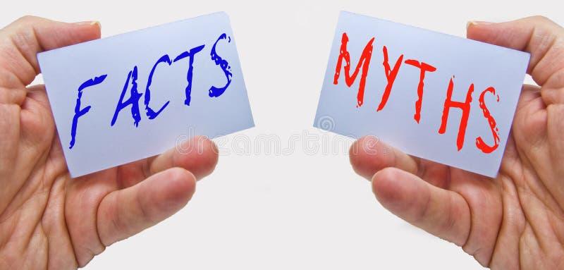 Tatsachen gegen Mythen was ist wirklich? was falsch ist lizenzfreies stockfoto