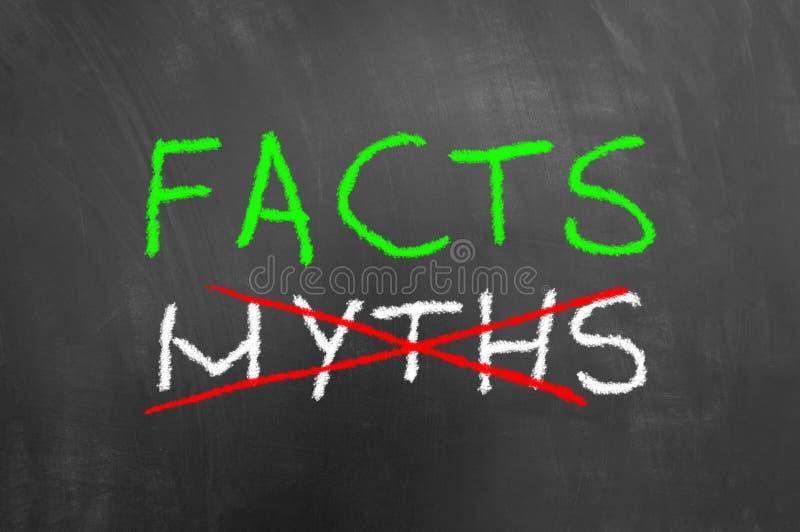 Tatsachen und gekreuzte Mythen simsen auf Tafel oder Tafel stockfotografie