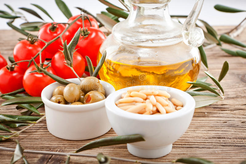 Tatsty geen oliv parmesan och olivolja royaltyfria foton