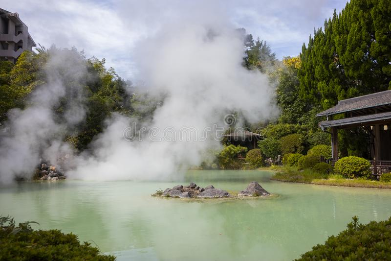 Tatsumaki Jigoku, geothermic Pool, auf dem Höllenausflug in Beppu lizenzfreie stockfotografie