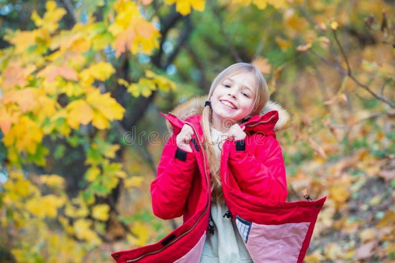 Tatto così accogliente in rivestimento caldo La ragazza felice in cappotto gode del parco naturale di caduta Cappotto alla moda d immagini stock libere da diritti