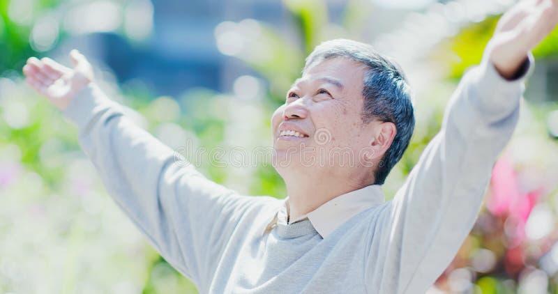 Tatto dell'uomo anziano spensierato fotografia stock