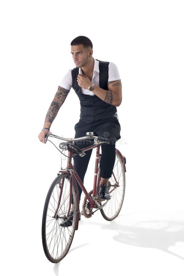 Tattoed elegant personenvervoer zijn fiets in istudio stock fotografie