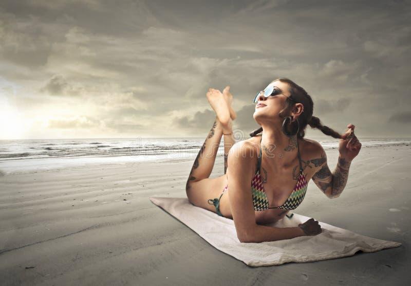 Tattoed flicka arkivfoto