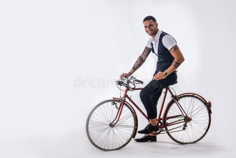 Tattoed het elegante mens cirkelen op fiets royalty-vrije stock afbeelding