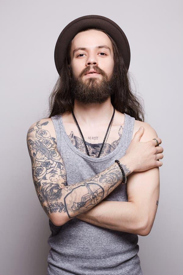 Tattoed knappe gebaarde mens in hoed royalty-vrije stock afbeelding