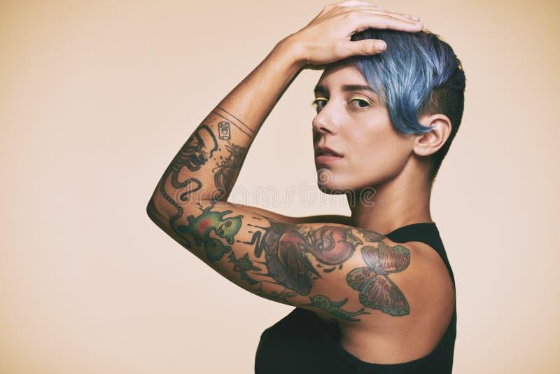 Tattoed kvinna arkivbild