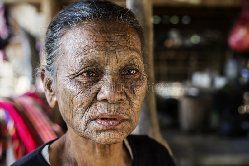 Tattooed面对奇恩角部落妇女,缅甸 免版税库存图片