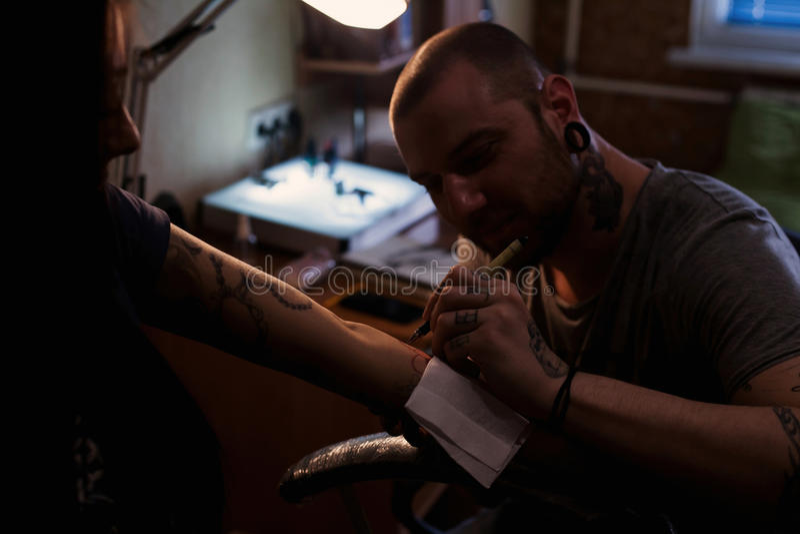 Tattooer robi scetch obraz royalty free