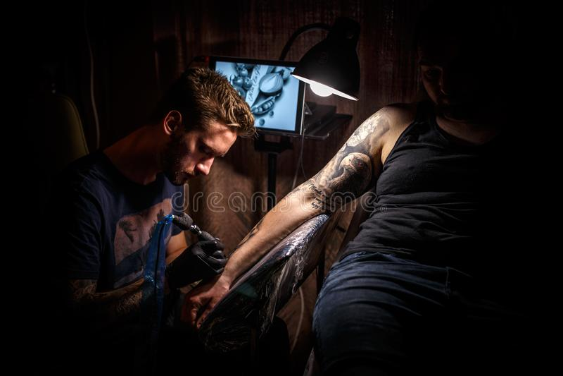 Tatuaż samiec artysta fotografia royalty free