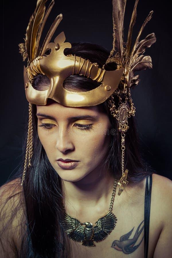 Tatuaż, wojownik kobieta z złoto maską, długie włosy brunetka. Długi h zdjęcie royalty free