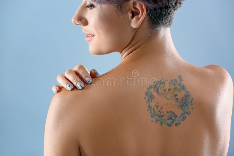Tatuagem bonita na parte traseira da fêmea imagens de stock royalty free