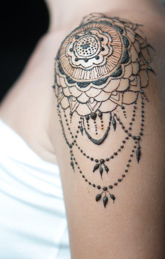 Tatuaggio del hennè del primo piano sulla spalla del ` s della donna fotografia stock