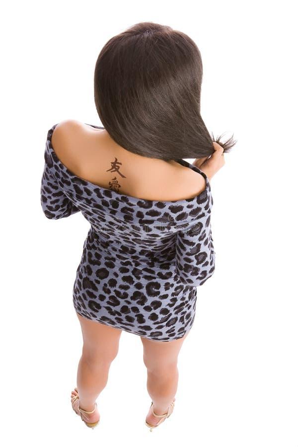 Tatuaje jeroglífico de las mujeres jovenes fotografía de archivo